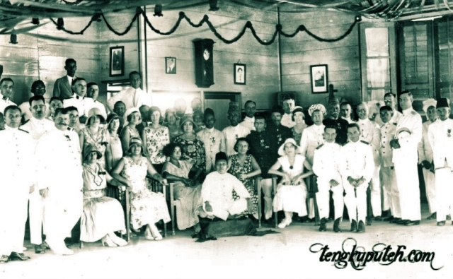 Teuku Daud Cumbok (duduk di bawah) berfoto bersama pejabat Belanda dan istri mereka di Sigli 1931