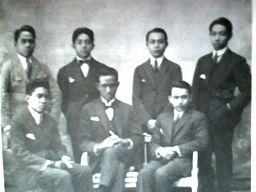 Bung Hatta (Berdiri nomor dua dari kanan) dalam pose bersama pengurus Perhimpunan Indonesia di Belanda