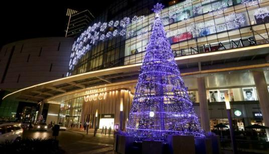 Suasana semarak menyambut Hari Natal di salah satu pusat perbelanjaan di Jakarta.