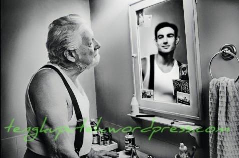 Sebab dalam cermin, manusia seperti melihat sosok lain yang memiliki posisi sebaliknya