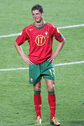 Cristiano Ronaldo menangis usai kekalahan melawan Yunani (2004)