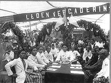 Potret bersama rapat Sarekat Islam di Kaliwungu. Hadir para anggota dari Kaliwungu, Peterongan, dan Mlaten, serta anggota Asosiasi Staf Kereta Api dan Trem (VSTP) Semarang.