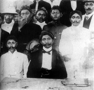 H.O.S Tjokroaminoto (Duduk Tengah) bersama Pengurus Sjarekat Islam