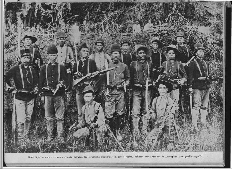 Mereka yang berbahaya, pasukan Marsose yang berasal dari Jawa berpose setelah operasi ke pedalaman Aceh. Serdadu Marsose adalah Kebanggaan Belanda, mereka adalah bawahan yang mumpuni (H.C. Zentgraaff dalam The Atjeher).