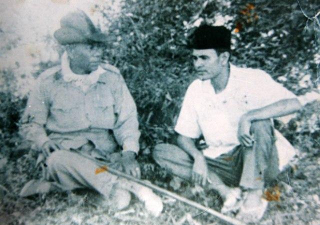 Ilyas Leubee sebelah kanan sedang berbincang bincang dengan Daud Beureueh di Beureunun tahun 1958