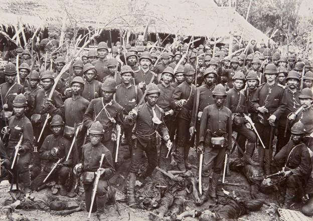 Pada tanggal 6 Agustus 1897, sebuah unit Korps Marechaussee (Marsose) menyerang benteng Kuta Soekoen (dekat Sigli) dan membunuh lebih dari 57 pria. Hanya beberapa menit kemudian setelah aksi mereka berpose seraya menginjak mayat para syuhada Aceh untuk fotografer Christiaan Benjamin Nieuwenhuis. Berita kemenangan segera dikirim ke Batavia dan Belanda.