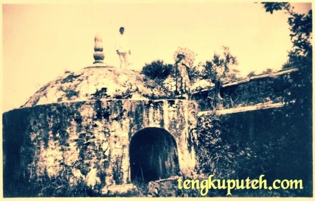 Seorang noni Belanda dan pelayannya di Benteng Indra Patra Lamuri tahun 1930 Belanda tidak tahu benteng apa ini KITLV menyebutnya sebagai benteng Portugis yang direbut Aceh
