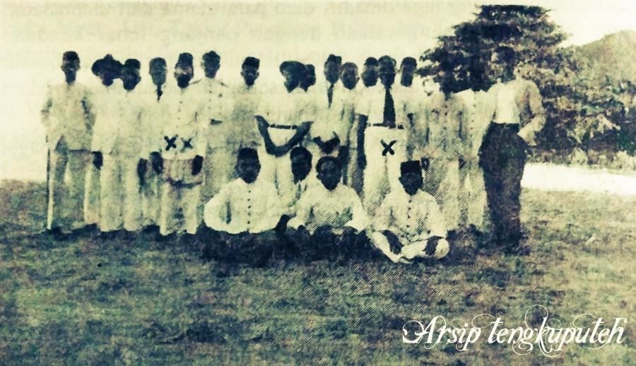 Teuku Panglima Polem (XX), Teuku Nyak Arief (X) bersama beberapa tokoh Aceh di pantai Lhok Nga.