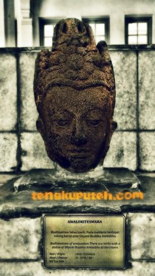 Spesifikasi Arca kepala Budha Alalokiteswara yang ditemukan di Aceh. Komponen: Batu Andesit; Lokasi: Aceh, Sumatera, Indonesia; Perkiraan Abad ke 9-10 Masehi. Koleksi Museum Nasional Indonesia, Nomor Inventaris. 248.