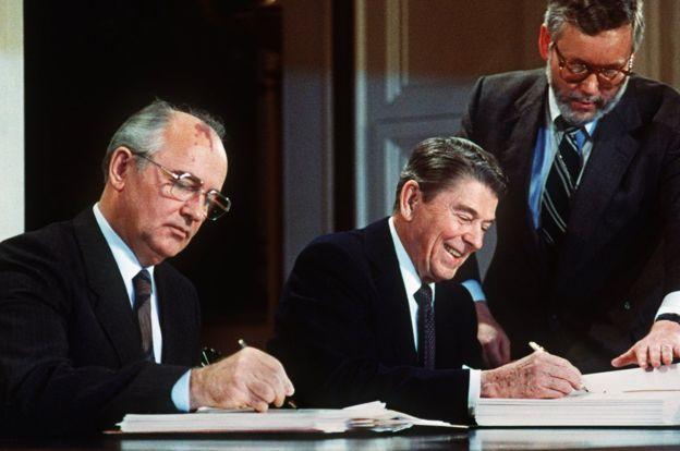 Tahun 1987 Pemimpin tertinggi Uni Sovyet Mikhail Gorbachev (kiri) dan Presiden Amerika Serikat Ronald Reagan (kanan) menandatangani perjanjian pelucutan senjata nuklir yang menandai perang dingin (1947-1991)menuju akhir.