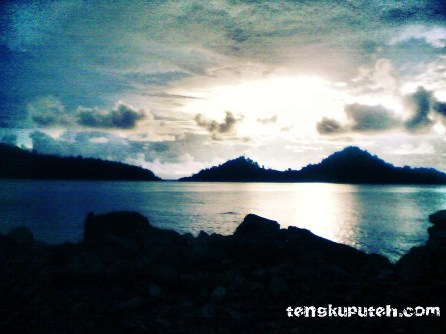 Matahari tenggelam di Barat dan terbit di Timur.