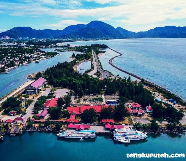 Pelabuhan Ulee Lheu yang menjadi tempat berlabuh kapal-kapal dari Sabang ke Banda Aceh tampak dari udara