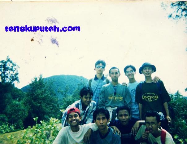 Kelas 2-8 Smuntig Banda Aceh tahun 2001 di Pantai Babah Dua Lampuuk