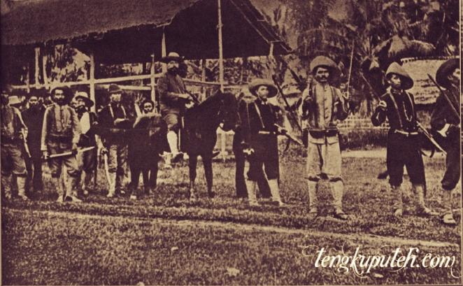 Pendeta Thenu menunggang kuda jika ia melaksanakan tugasnya, Dalam hal itu ia dikawal oleh anggota-anggota korps marsose.