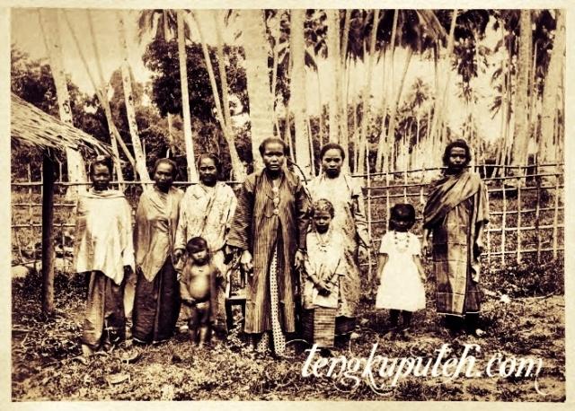Cut Meuligou atau Nyak Mahligai dari Rigaih Salah satu istri Teuku Umar yang ditangkap, dalam penahanan kolonial Belanda di sisi timur Pulau Raya pada tahun 1894, di pantai barat Aceh; Sumber KITLV.