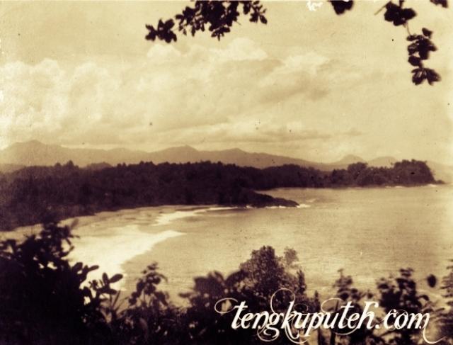 Pantai di Daya, dilihat dari Lamno di selatan Koetaradja (Banda Aceh) tahun 1926; Sumber KITLV.