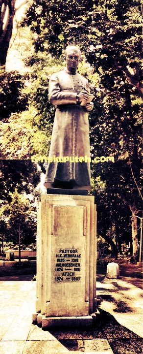 Patung Henricus Christian Verbraak (1835-1918) di taman Maluku kota Bandung.