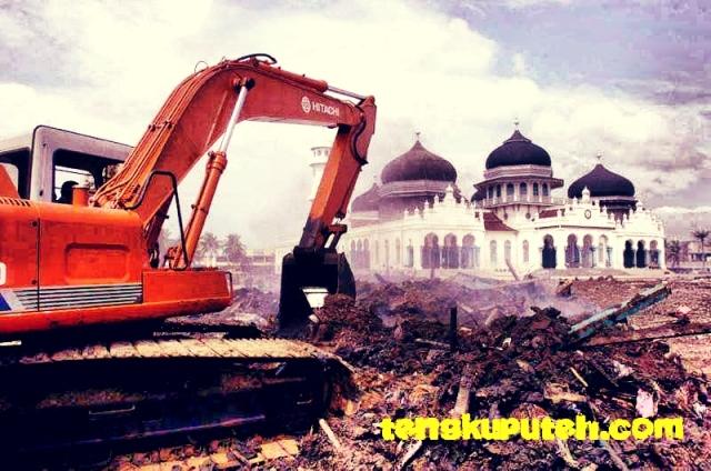 Pembersihan Masjid Raya Baiturrahman Banda Aceh setelah tsunami 2004
