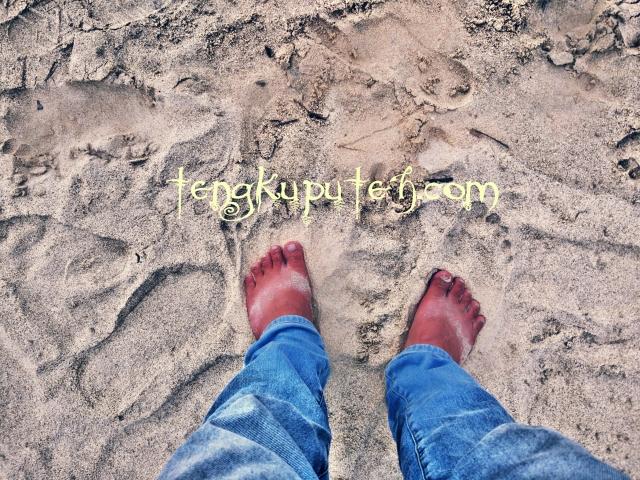 Jejak langkah manusia di dunia ini ibarat tapak-tapak kaki di pasir pantai, kelak akan dihantam gelombang dan menghilang.