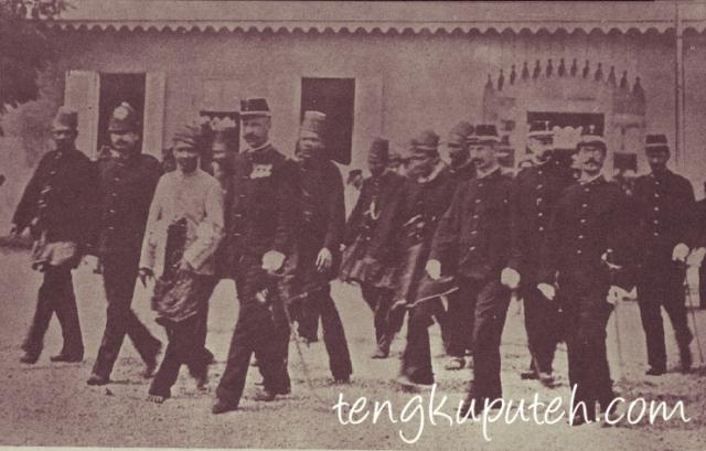 Ketika menyerah kepada Belanda, Sultan Aceh terakhir Muhammad Daudsyah melepaskan segala atribut kebesaran termasuk tidak mengenakan alas kaki untuk menyampaikan pesan tegas. Ia menyerah secara pribadi.