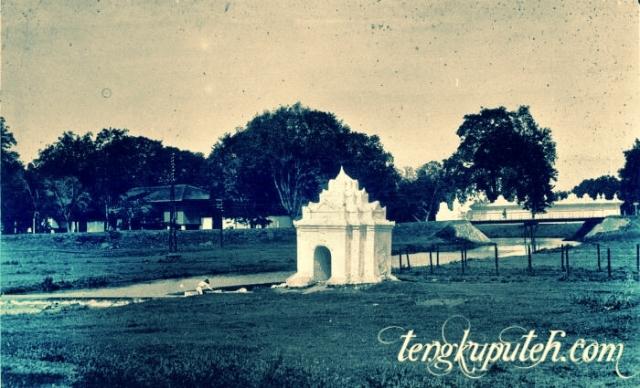 Pinto Khop Taman Putroe Phang pada suatu hari di abad XIX